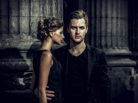 Couple habillé en noir